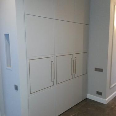 шкаф с матовыми крашенными дверями