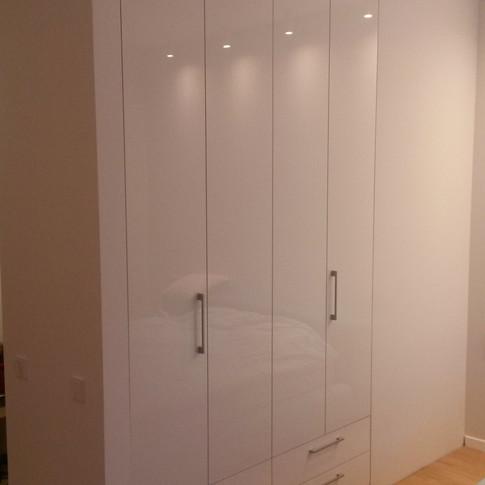стенной шкаф с ящиками