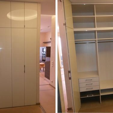 шкаф с глянцевыми крашенными дверями