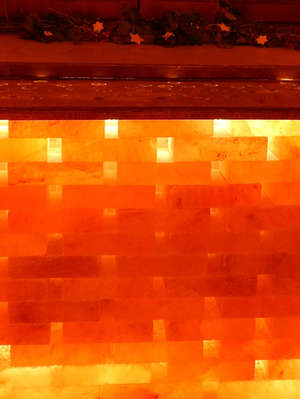Salzgrotte LaSalis : Heizkörperverkleidung aus Salzziegeln