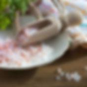 Himalayasalz auf Teller mit Holzlöffel