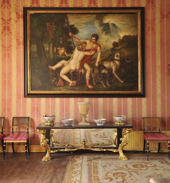Антични мебели и картини