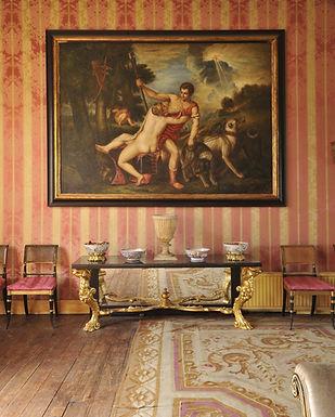 Antike Möbel und Gemälde