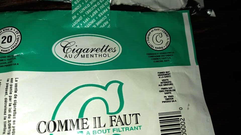 Le paquet de cigarette Comme Il Faut indique ''Vente interdite aux mineurs''.