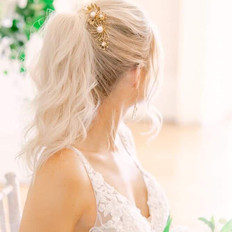 Blonde Pony tail goals for this bride