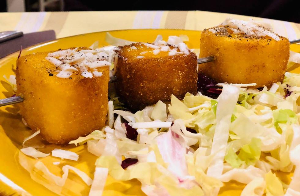 cubotti di polenta allo spiedo miele di arancia ricotta salata e pepe #osteriadarbruttone