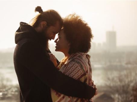 Casais, casamentos, relacionamentos e crises: tudo anda de mãos dadas mesmo?