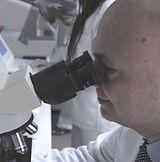 Marmara Tıp Merkezi laboratuvarında dr fuatçetinkaya mikroskopda