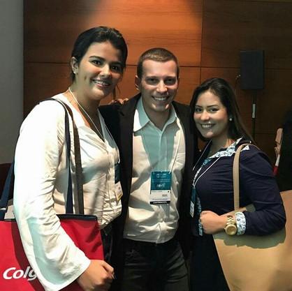Alunas com Antonio Latempa ao fim de sua palestra no Congresso Internacional de Odontologia (CIORJ)