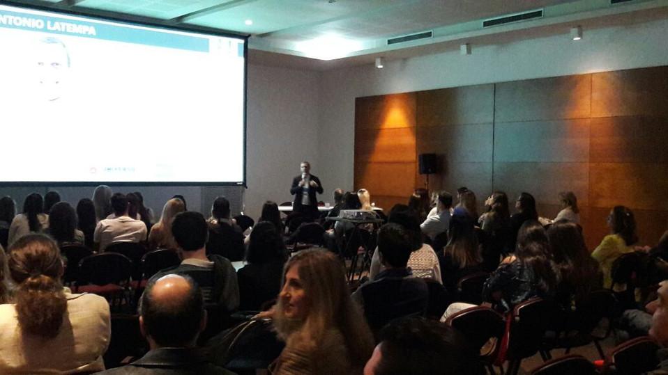 Auditório lotado para a Palestra do Professor Antonio Latempa sobre Marketing em Odontologia