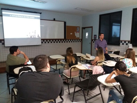Alunos concentrados durante a aula do Curso de Marketing Avançado