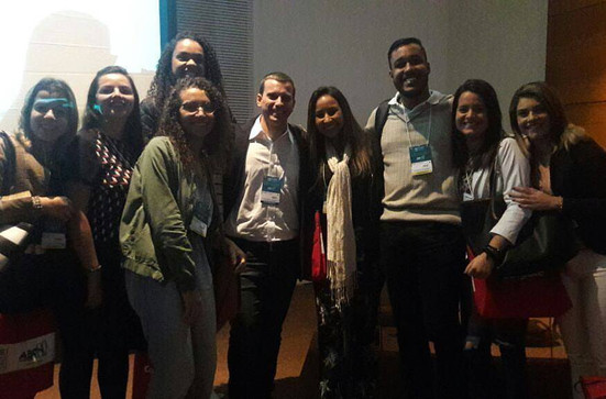 Alunos com Antonio Latempa ao fim de sua palestra no Congresso Internacional de Odontologia (CIORJ)