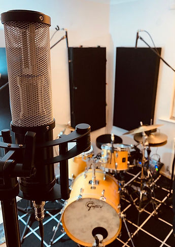 Sontronics Apollo 2 microphone in front of drumkit