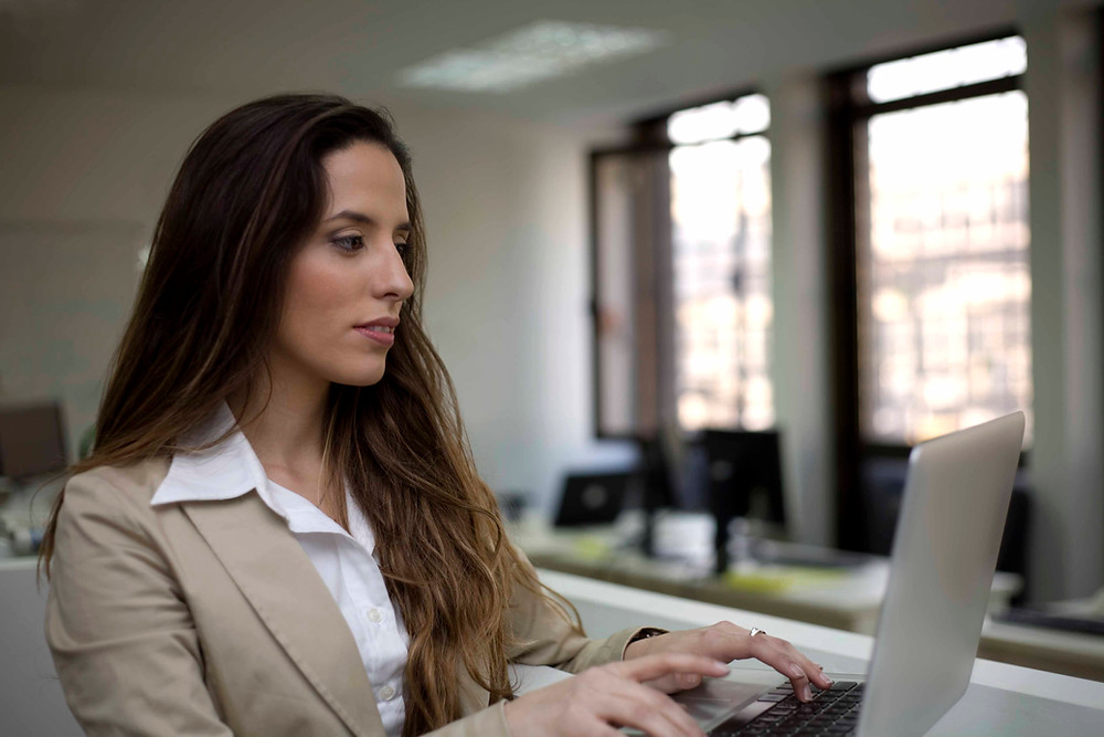 woman at computer building backlinks to promote her websit
