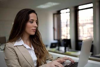 Деловая женщина Typing