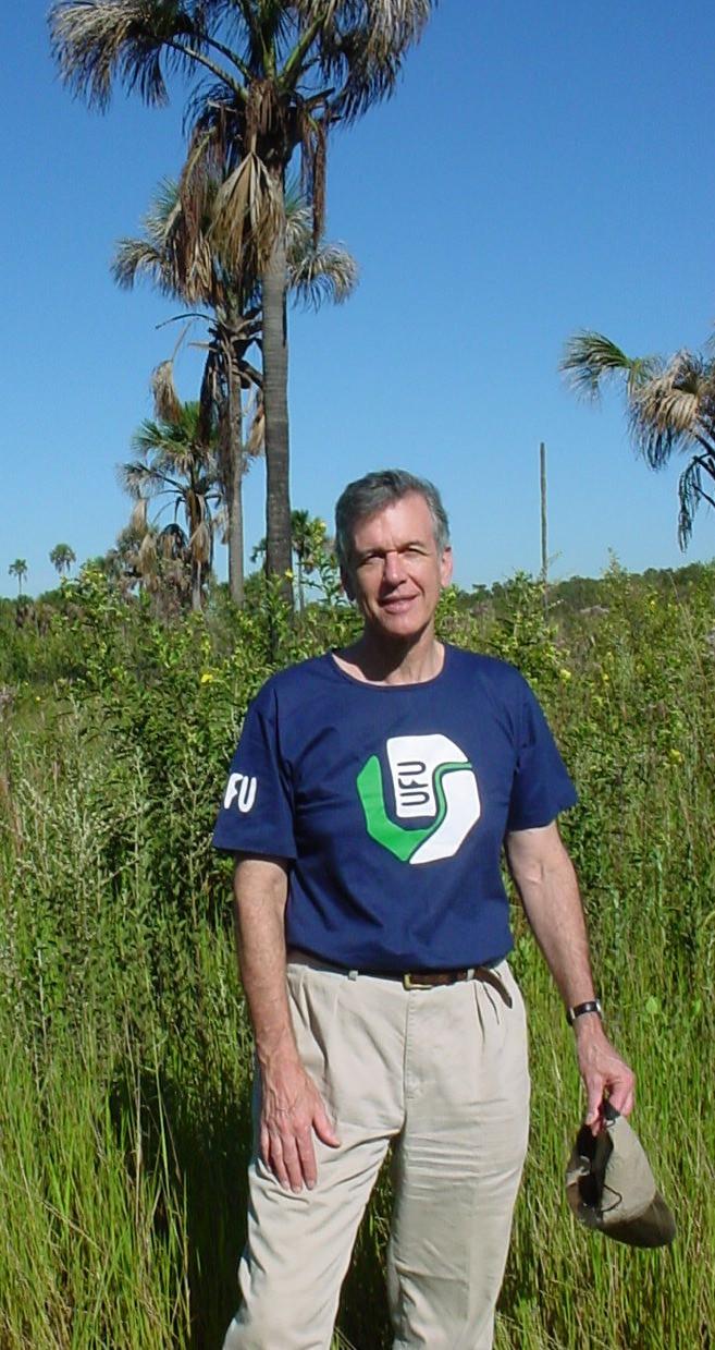Prof. Robert Ricklefs no cerrado do CCPIU em Uberlândia, notem a camiseta da UFU.