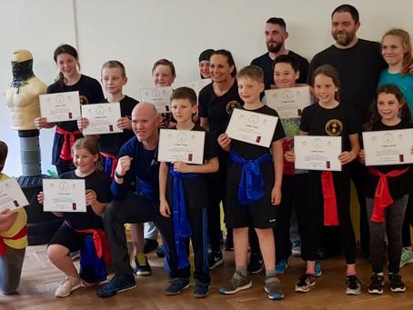 Wing Chun Kids bestehen Prüfung zum roten Gürtel