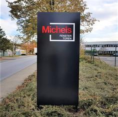 Pylon aus Aluminium mit durchgesteckten Acrylglas-Buchstaben