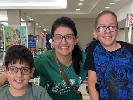 Pediatherapies trabalha com a independência locomotora em visita ao cinema em Jundiaí.