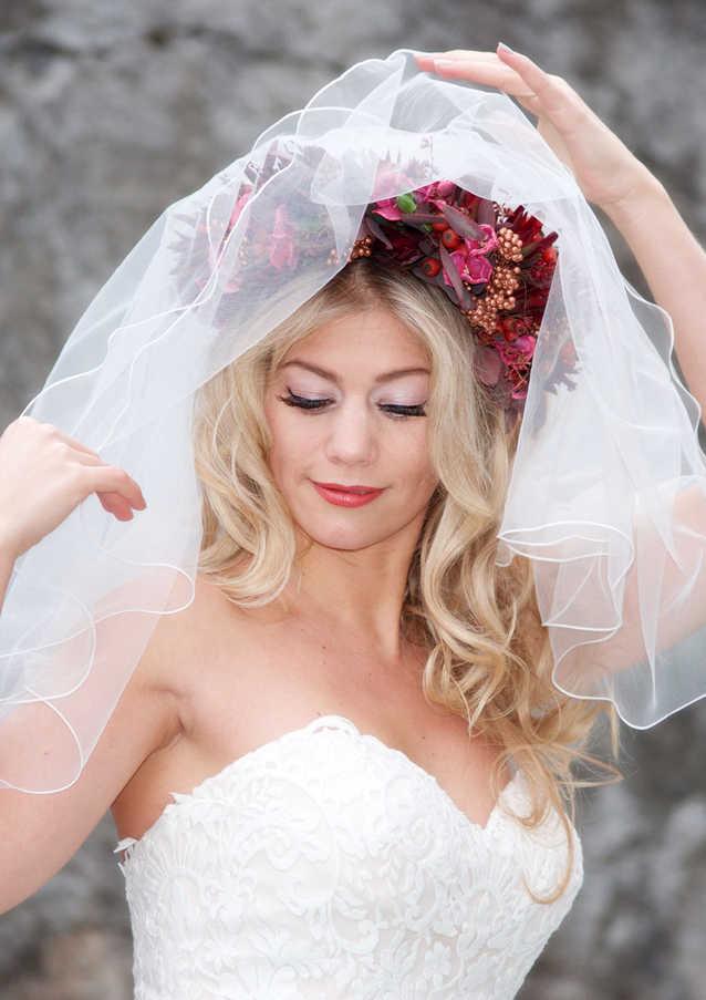 Hochzeitsfrisur, offene Haare mit Blumen und Schleier