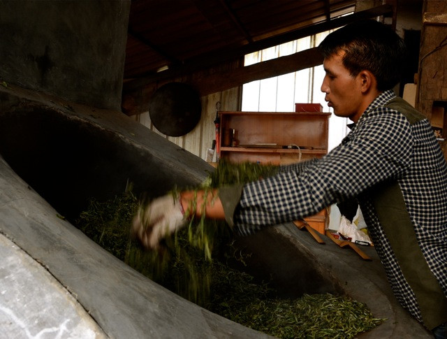 Part of the magic - and business - of tea: the frying. Crucial to the final product, one can already begin judging a final result by the technique of the fryer.