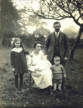 John, Sylvia and fam ily Redhill 1926.jp