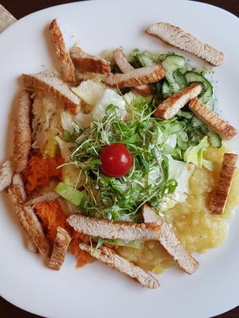 Salat mit Putenbruststreifen.jpg