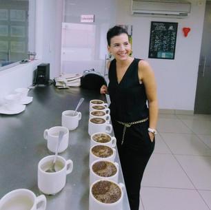 Adriana Catando nuestra selección de Cafés