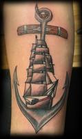 Tatouage d'une ancre de bateau avec un voilier à l'intérieur traditionnel et néotrad.