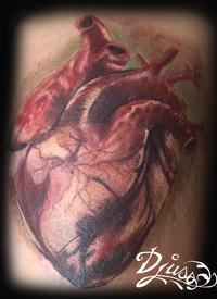 Tatouage d'un coeur réaliste