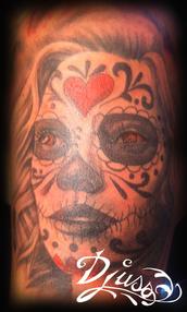 Tatoouage portrait de muerta réaliste sur le bras d'une femme.