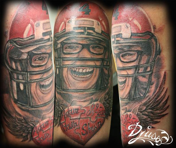Tatouage d'un portrait d'un joueur de football défunt ou mort. Souvenir d'une mère.