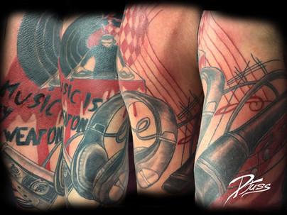 Modèle de tatouage musical micro écouteurs polka trash black and gray épaule homme.