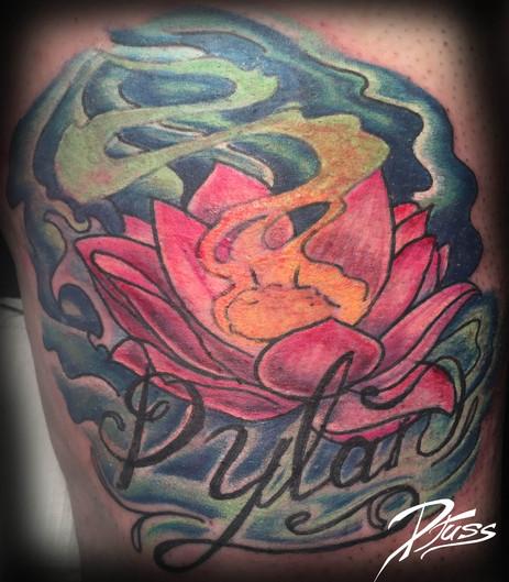 Tatouage d'une fleur de lotus dans l'eau avec du parfum.