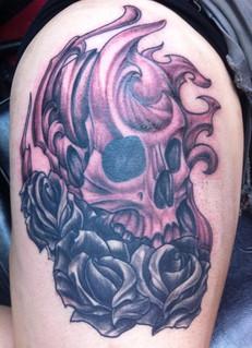 Modèle de tatouage crane biomecanique roses cuisse femme black and gray.