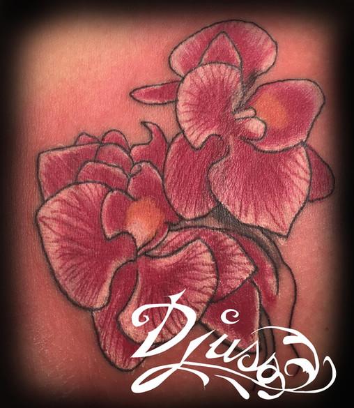 Tatouage d'Orchidées sur le bras d'une femme.