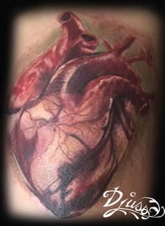 Modèle de tatouage coeur hyperréaliste couleur sur le Bras femme