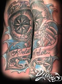 Modèle de tatouage boussole ancre banderole sur le pied d'une femme