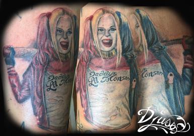 Modèle de tatouage pin up de Harley Quinn en couleur. Tatouage Harlet Quinn pun up bras homme.