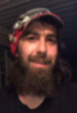 Photo de Justin Lanouette avec son chapeau custom. Artiste tatoueur ville de Québec, Tatoueur Qc, Tato9ueur Québec, Tatoueur professionnel, Tatoueur réaliste, tatoueur moderne, tatoueur contemporain, dessinateur de tatouage, Bohémien joyeux,