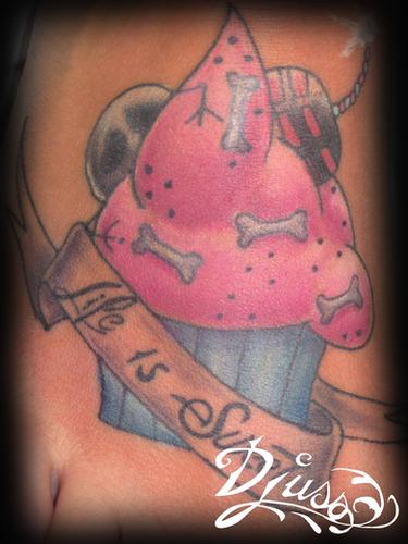 Tatouage d'un gateau cupcake sur le pied d'une femme.