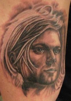 Modèle de tatouage portrait de curt cobain tatouage réaliste bras homme.