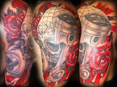 Modèle de tatouage crane piston turno demi manche bras homme réaliste rouge et noir. Avect des tatouages de roses.