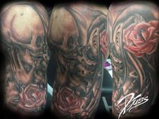 Tatouage d'un baiser des morts. Muerta et squelette qui s'embrassent avec une rose. tatouage sur le bras d'un  homme