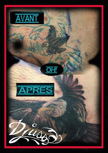 Tatouage d'un cover0-up d'aigle avec un plus gros tatouage d'aigle dans l'aine d'un homme.