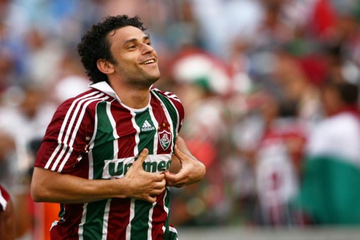 Fred, centroavante do Fluminense, comemora um de seus gols no Brasileirão de 2009, destacando o escudo do Tricolor Carioca com suas mãos.