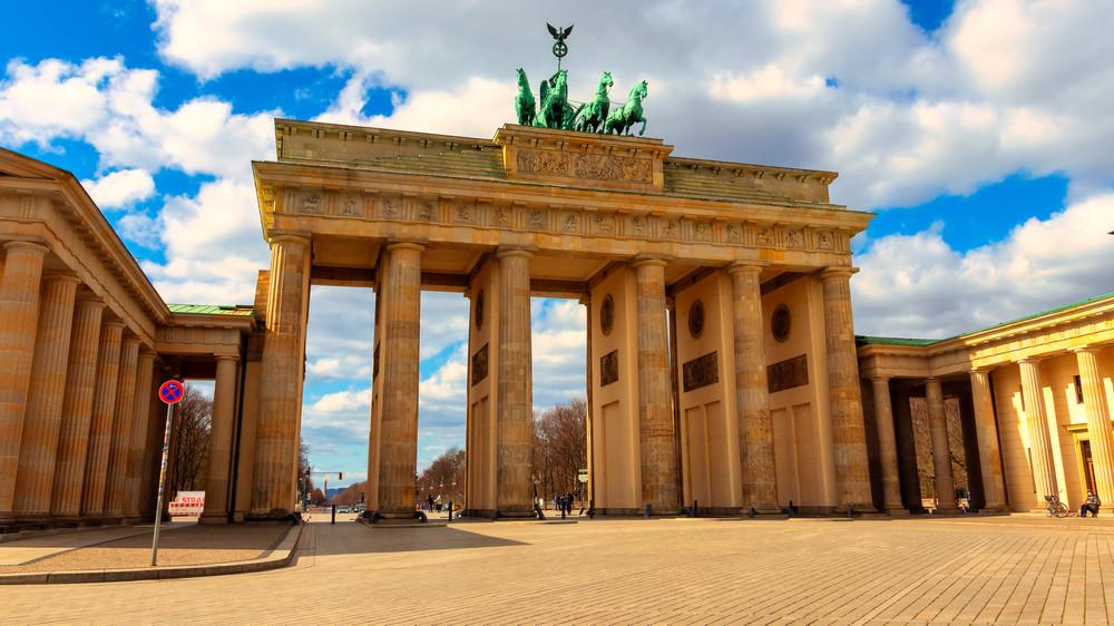 Marcher au pied de la porte de Brandebourg est le traditionnel premier pas d'une visite de Berlin