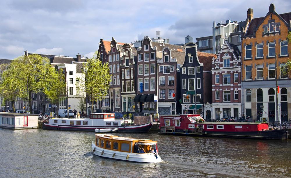Courir ou marcher le long des canaux vous permet d'admirer les péniches-hôtels et les habitations du siècle d'or néerlandais.