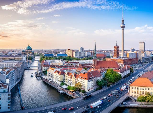 Courir à Berlin, c'est admirer sa skyline, avec la tour de l'Alexanderplatz et la basilique de Berlin