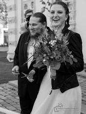 Hochzeitspaar nach der Trauung überrascht